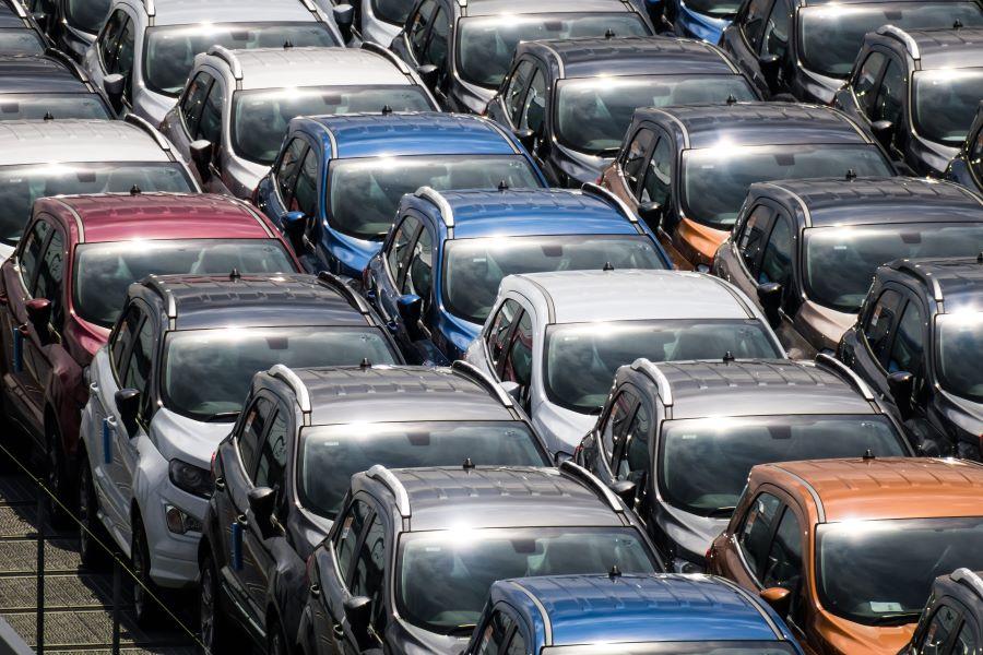 nieuwe auto's op de parkeerplaats van de fabrikant